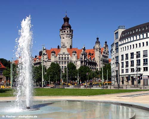 Leipzig, Neues Rathaus - mit Haak-Anlage und Springbrunnen.