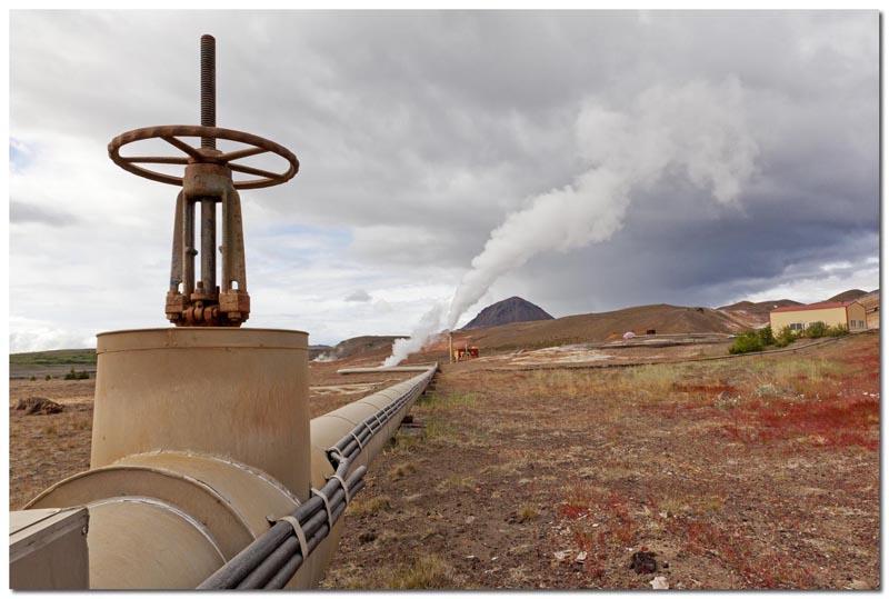 Leitungen im geothermischen Kraftwerk bei Myvatn (Island)