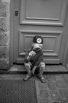 L'enfant assis sur la marche