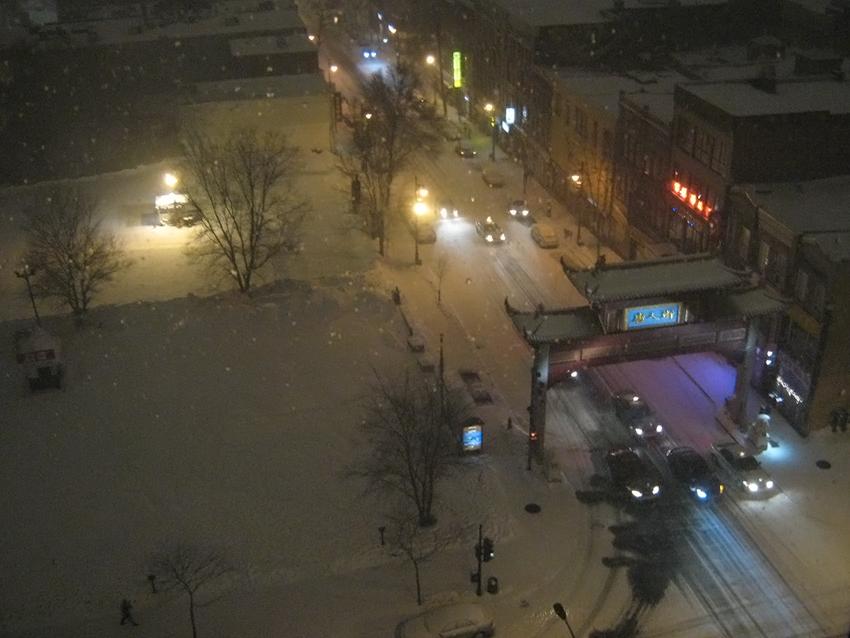 L'entrée du quartier chinois de Montréal sous les flocons d'une nuit d'hiver