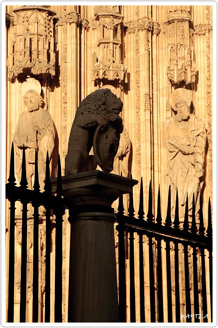 León guardando a los apóstoles.