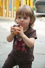 Leonie beim Apfelbowling