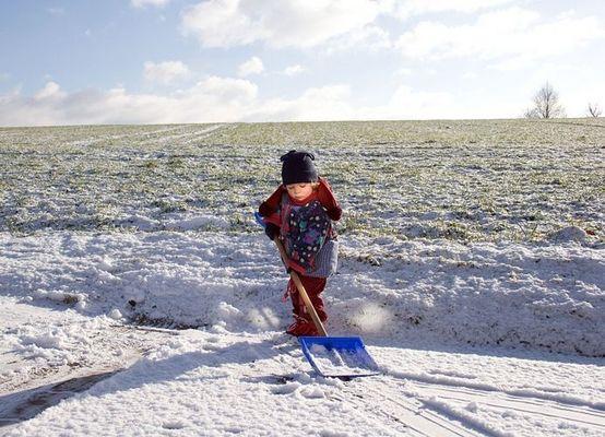 Leonie beim Schneeschaufeln