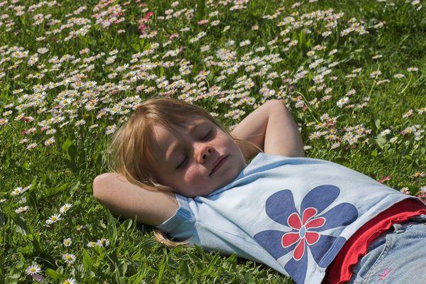 Leonie in den Gänseblümchen