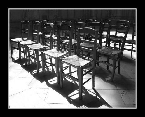 Les chaises vides