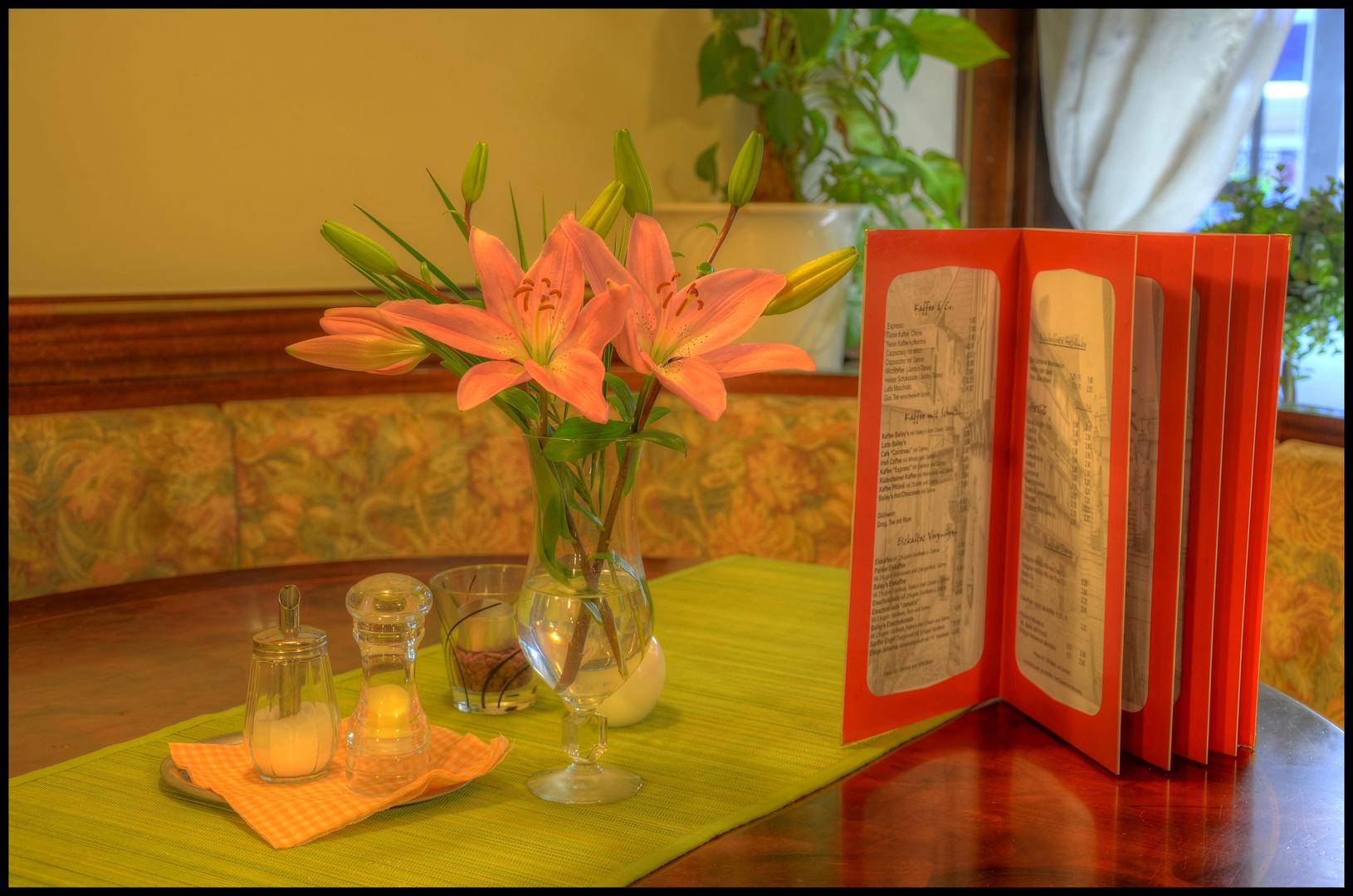 Les fleurs dans le Cafe