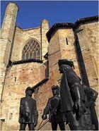 Les impassibles mousquetaires devant la cathédrale de Condom