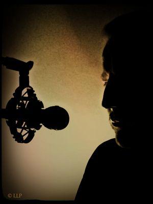"""LES """"live"""" im Tonstudio - Ein Mann Mitte 50 blickt in den Abgrund, zerrissen, brennend - X"""