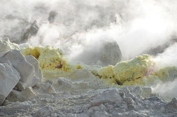 Les petites bouches sulfureuses de Vulcano...