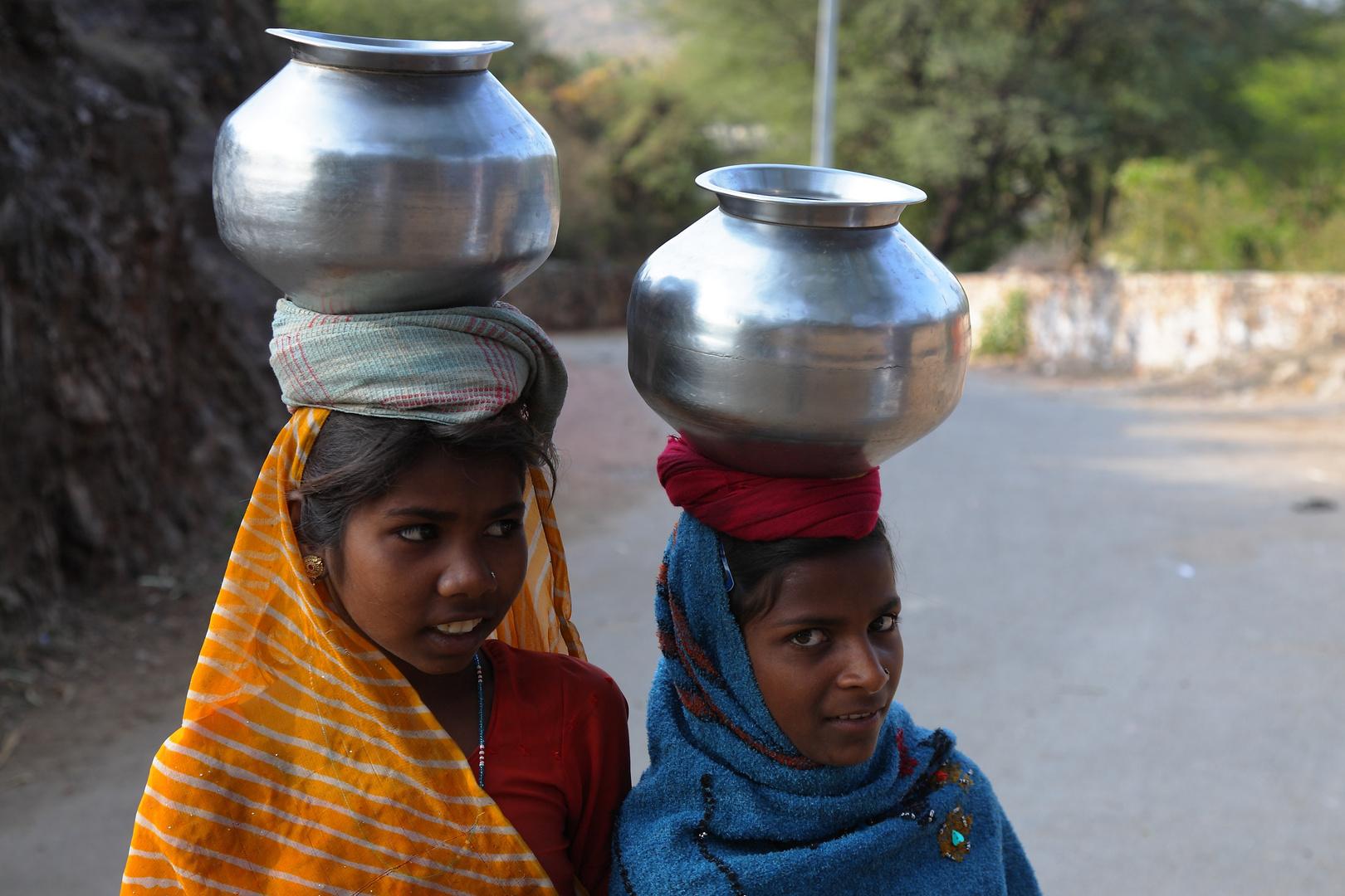Les porteuses d'eau, route de Kumbhalgarh, Rajasthan.