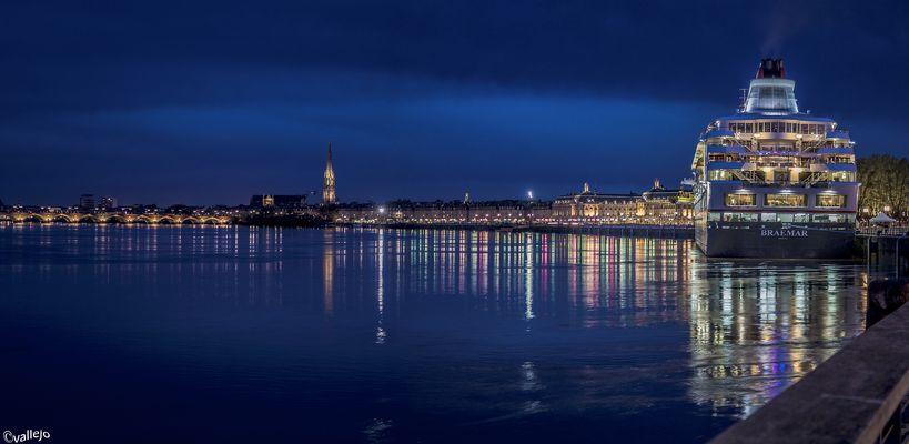 Les quais de Bordeaux, de nuit.