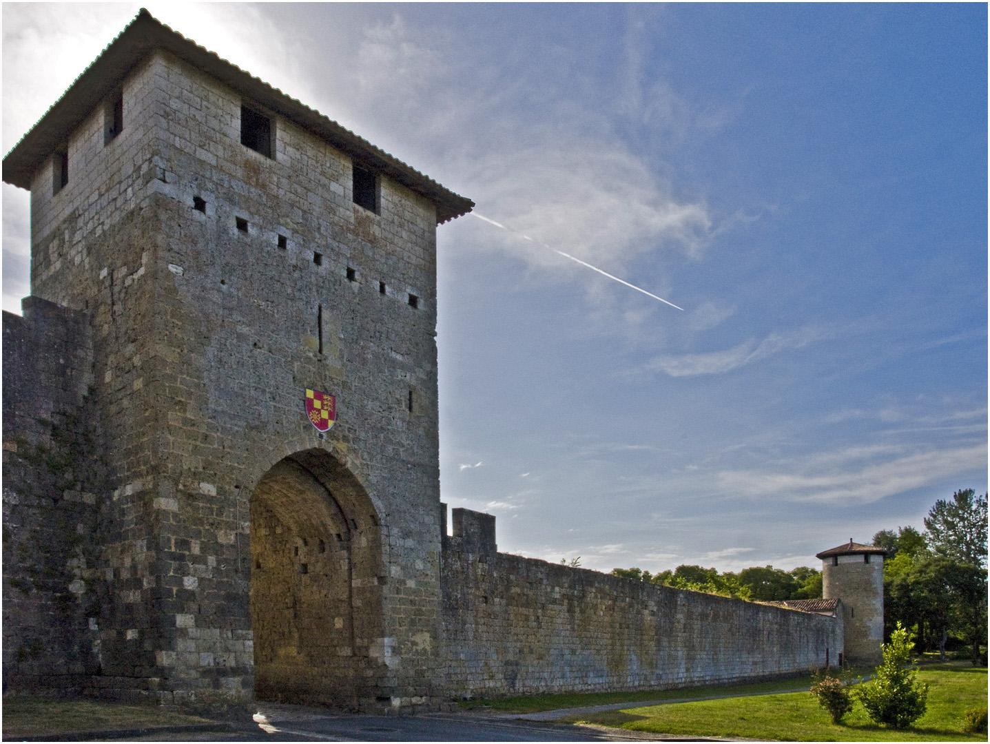 Les remparts et la porte Nord à Vianne