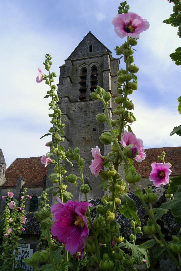 les roses trémières et le clocher, le Christ d'Haravilliers (Oise)