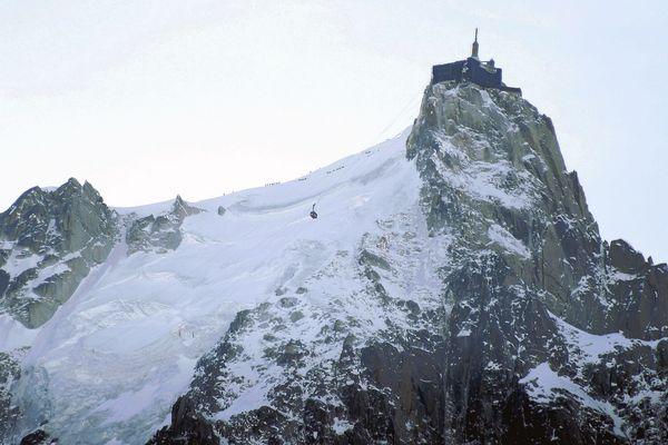 les skieurs sur la crète