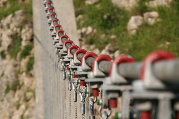 les tendeurs de la passerelle d'Holzarte (pays basque)