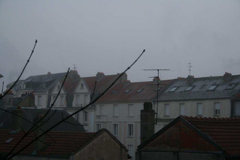 les toits de metz dans le brouillard matinal