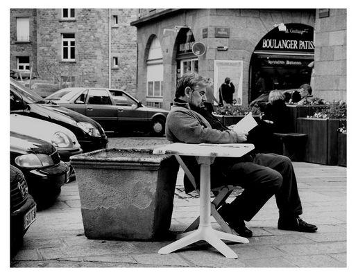 Lesender Mann