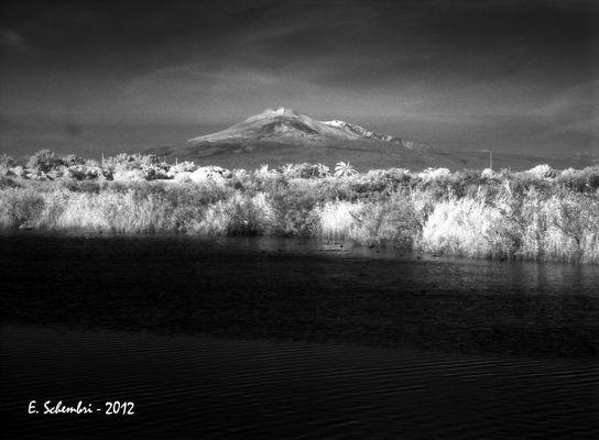 """L'Etna, visto dalle saline di Priolo, in una luce """"diversa""""."""