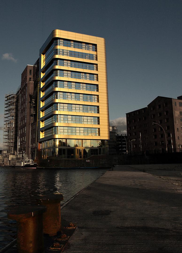 Letzte Sonnenstrahlen im Harburger Hafen