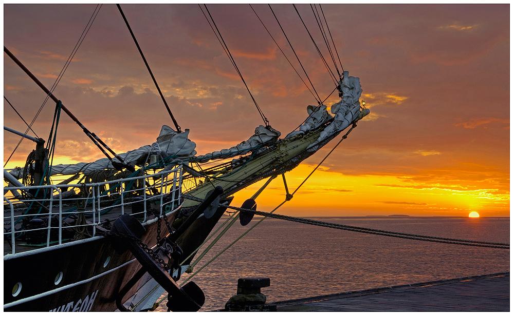"""""""Letzter Sonnenuntergang vor den auslaufen n. Dunkirk"""" die Krusenstern in Bremerhaven am 27.5.2013"""