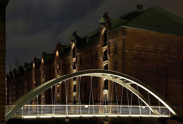 Leucht-Brücke in der Speicherstadt