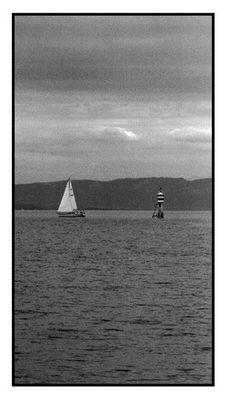 Leuchtboje mit Segelschiff