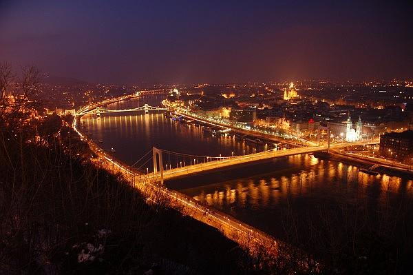 Leuchtende Donauübergänge