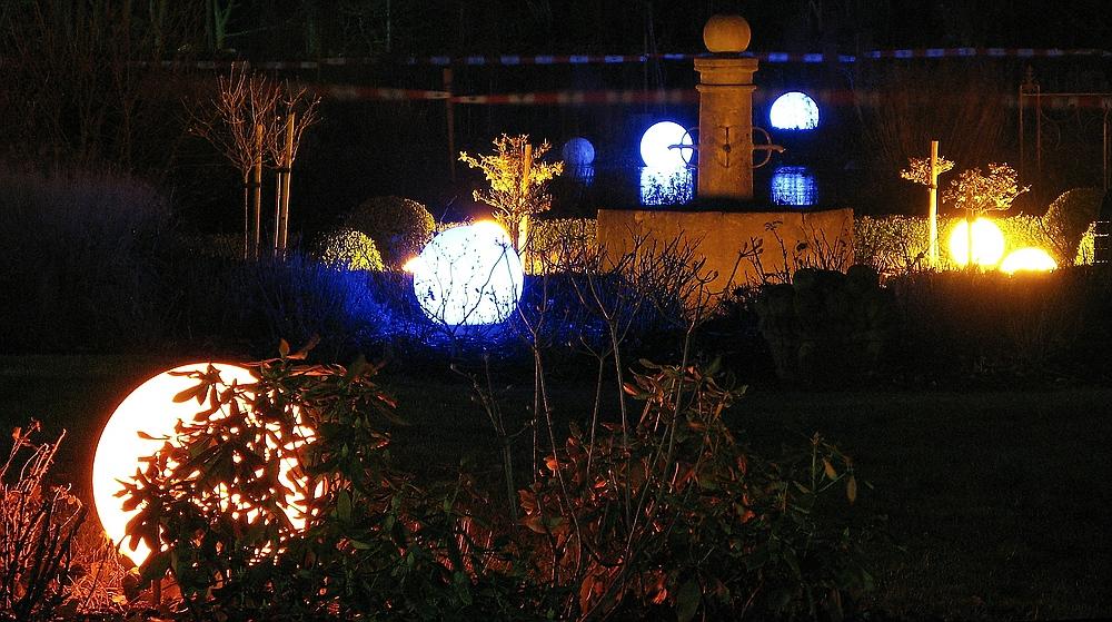 Leuchtkugeln im Park