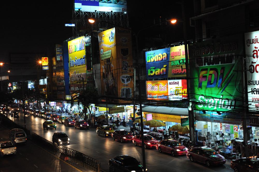 Leuchtreklame in Lad Prao/ Bangkok