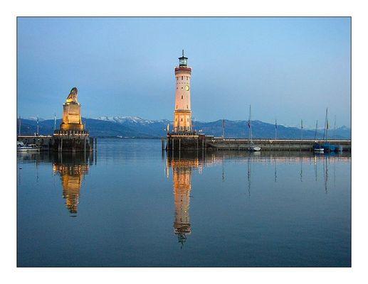 Leuchtturm von Lindau zur blaue Stunde