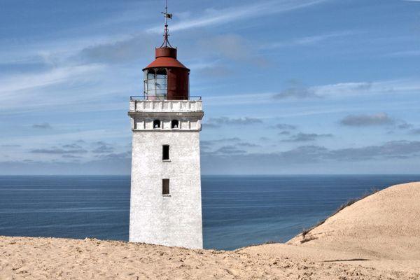 Leuchturm versinkt im Sand