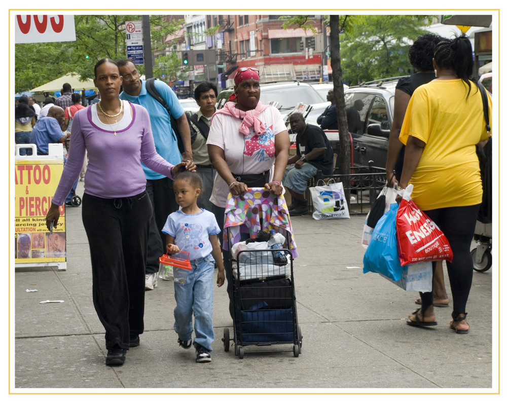 Leute wandern in Harlem New York