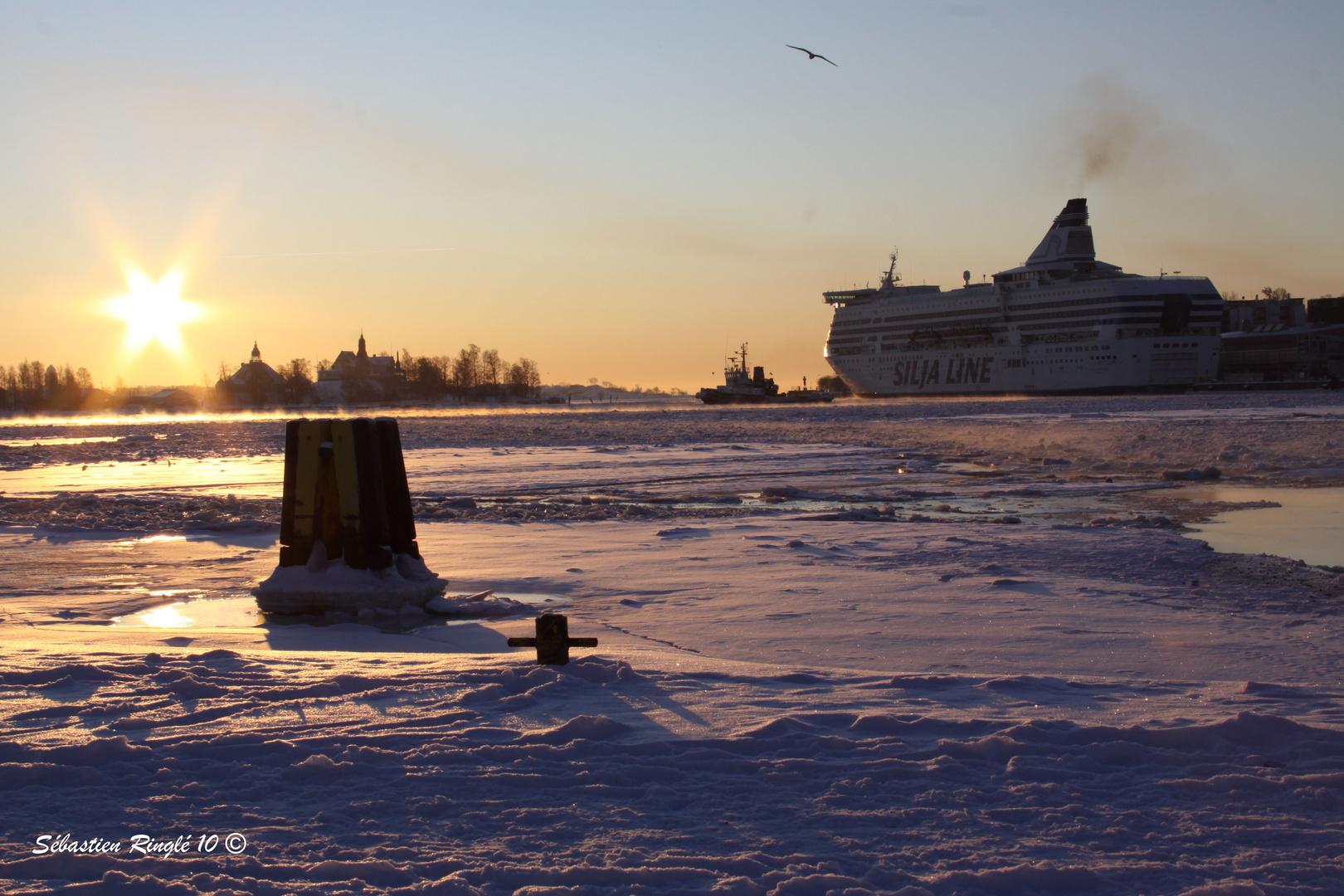 Levé de soleil sur le port d'Helsinki en hiver