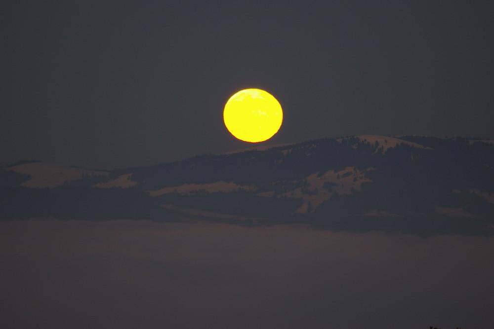 Levée de lune sur le lac Leman ennuagé