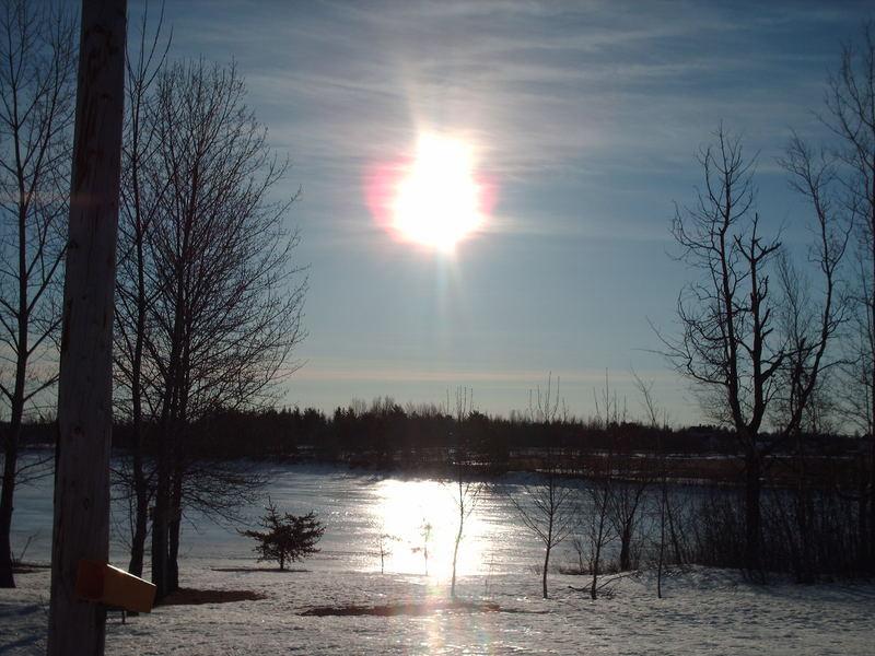 Lever De Soleil Au Bord De La Rivière Glacé