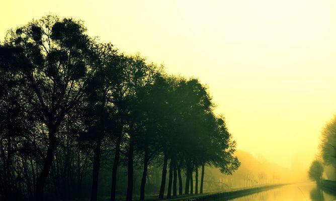 Lever de soleil reflétant sur un canal ...