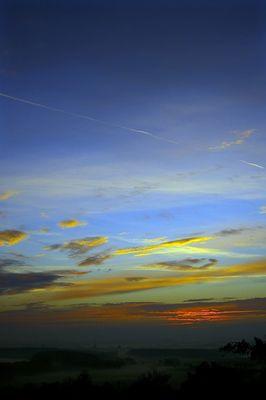 Lever de soleil rougoyant sur la campagne Alsacienne endormie un matin brumeux