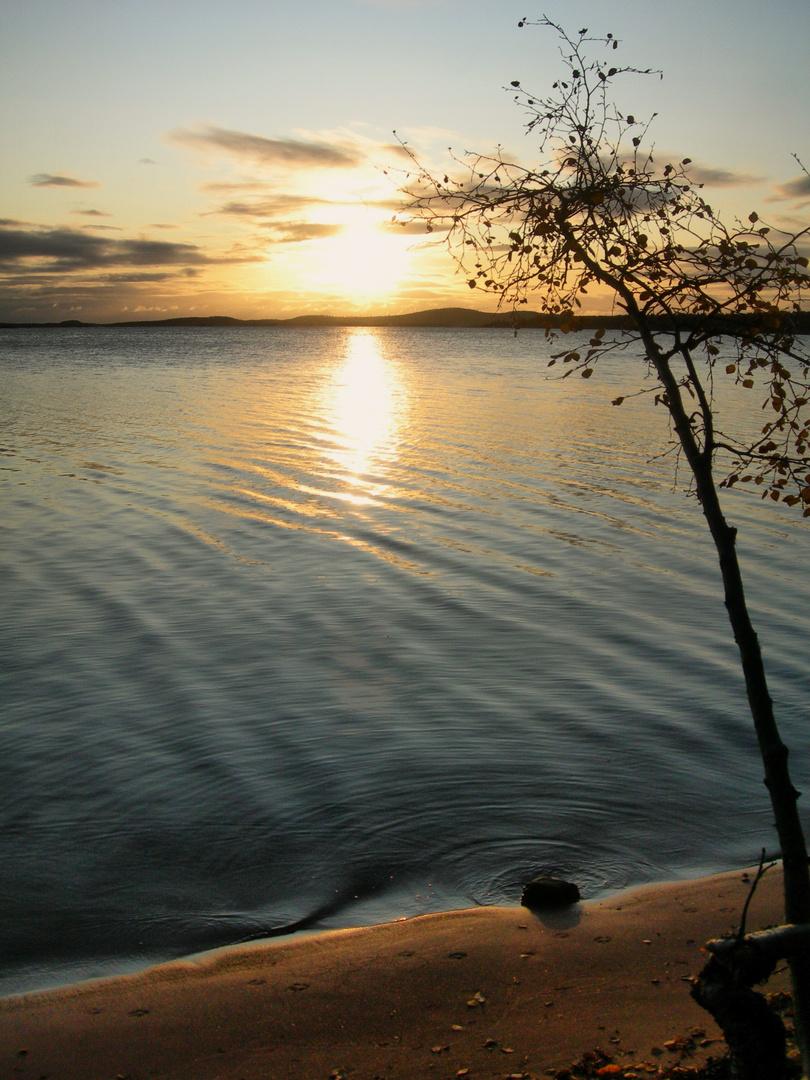 lever de soleil sur le lac d'inari finlande