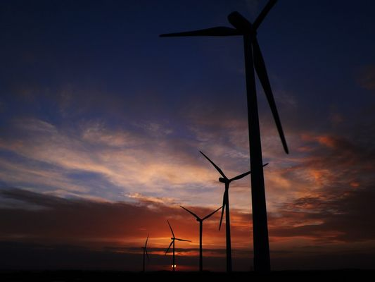 lever de soleil sur les éoliennes