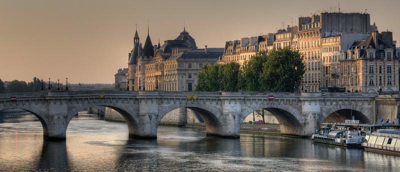 Lever de soleil sur les quais de Paris