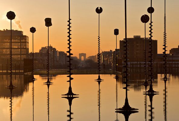 Lever de soleil sur l'esplanade de la Défense.
