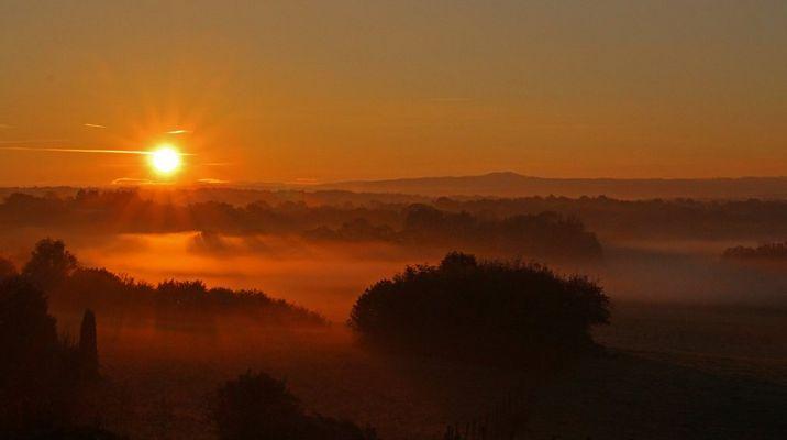 Lever du soleil dans la brume