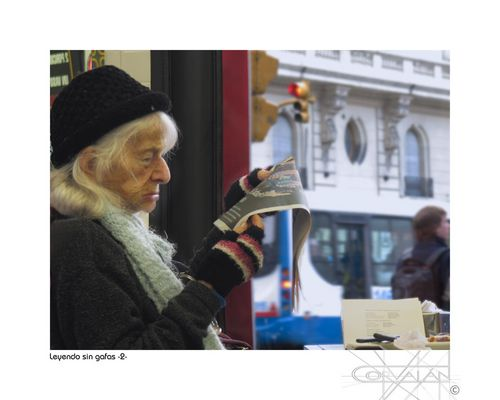 Leyendo sin gafas - La dama del café