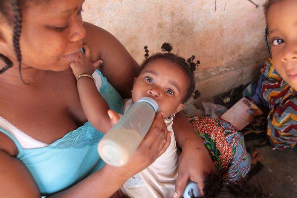 L'heure du biberon dans une famille togolaise de Lomé.
