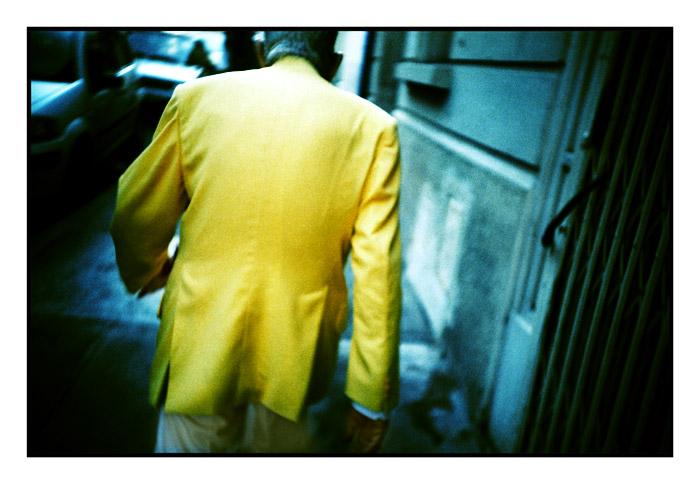 L'homme à la veste jaune