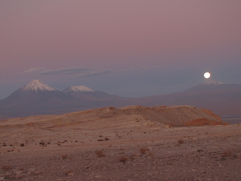 Licancabur mit aufgehendem Mond