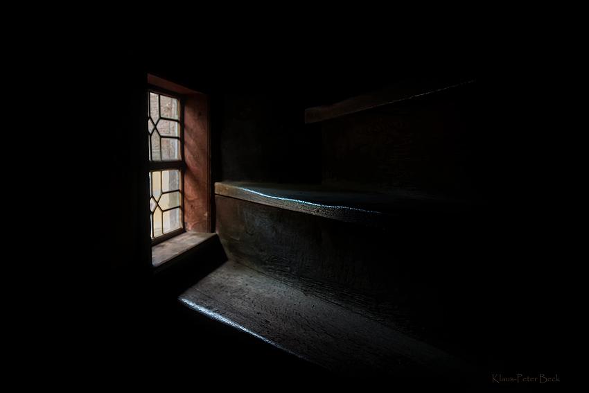 Licht fällt auf die Treppenstufen