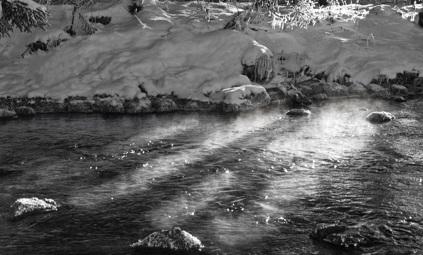 Licht und Nebel an einem verschneiten Fluß