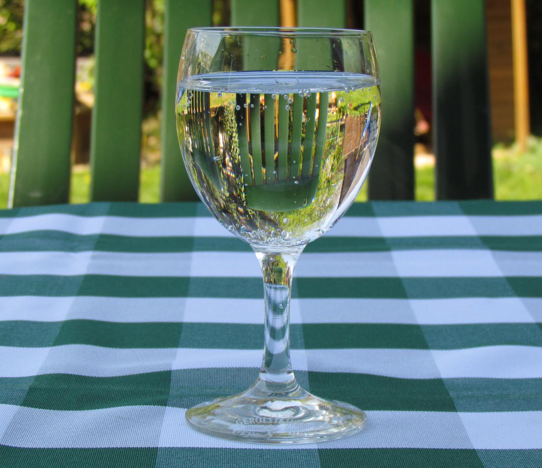 Lichtbrechung in einem Wasserglas