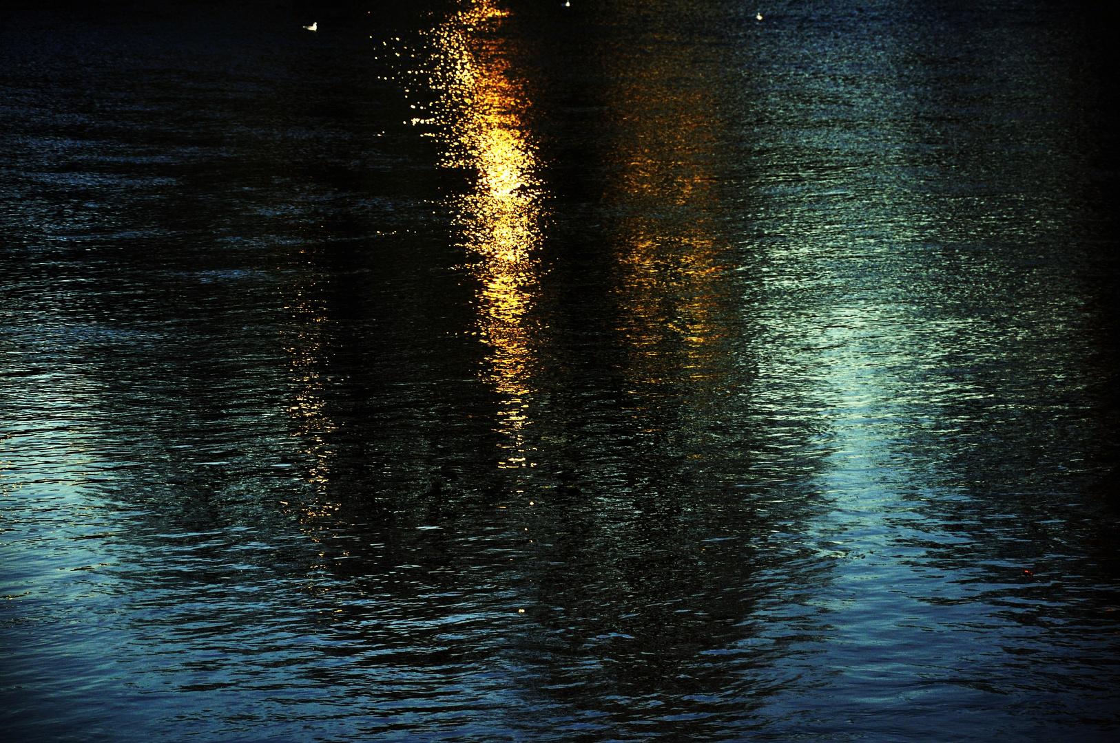 ...Lichteinfall auf dem Fluss...